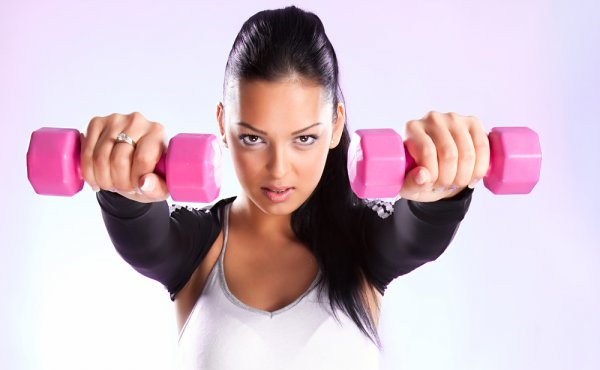 Эффективный комплекс упражнений для рук девушкам, которые предпочитают домашние тренировки