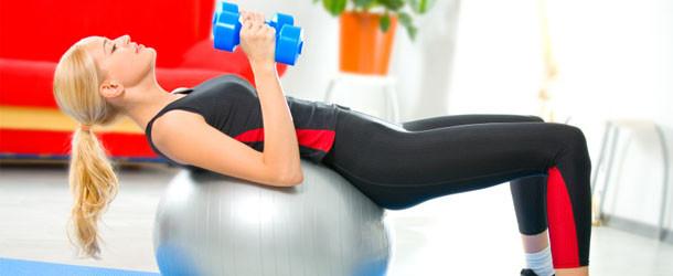 Фитнес с мячом для похудения: 5 упражнений