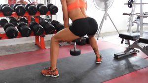 Самые эффективные упражнения, как накачать бразильскую попу за месяц: Приседание сумо и плие